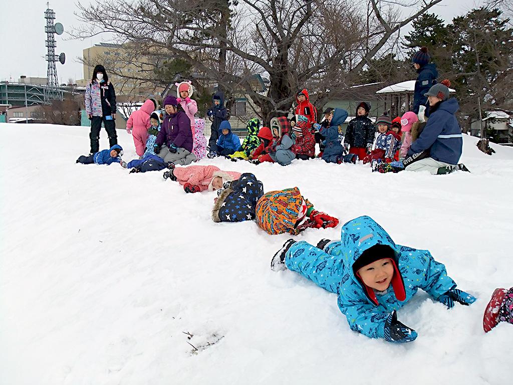 土手で雪遊び